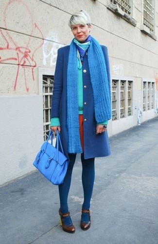 Come indossare: cappotto blu, maglione con scollo a v verde menta, vestito a tubino arancione, décolleté in pelle marrone scuro