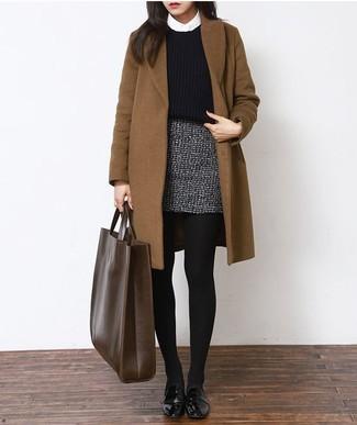 Potresti combinare un cappotto marrone con una minigonna di tweed grigia per un look raffinato per il tempo libero. Abbina questi abiti a un paio di scarpe derby in pelle nere di Marsèll.