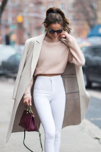 Come indossare e abbinare una borsa a tracolla in pelle viola melanzana: Punta su un cappotto beige e una borsa a tracolla in pelle viola melanzana per un outfit inaspettato.