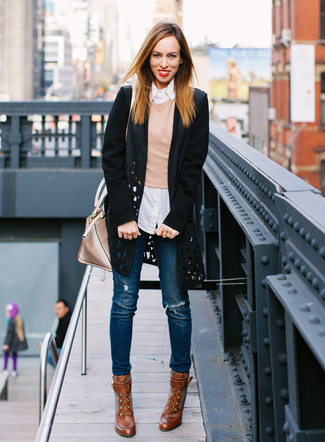Come indossare: cappotto tagliato nero, maglione girocollo marrone chiaro, camicia elegante a righe verticali bianca, jeans aderenti strappati blu