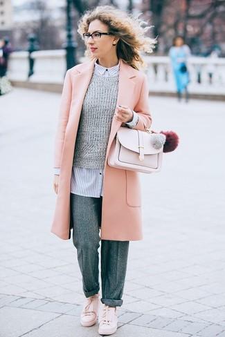 Come indossare e abbinare: cappotto rosa, maglione girocollo grigio, camicia elegante a righe verticali bianca e blu scuro, pantaloni larghi di lana grigi