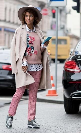 Come indossare: cappotto di pile rosa, maglione girocollo ricamato rosa, camicia elegante stampata bianca, pantaloni stretti in fondo a quadri rosa
