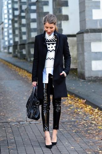 Come indossare: cappotto nero, maglione girocollo con motivo fair isle bianco e nero, camicia elegante bianca, pantaloni skinny in pelle neri