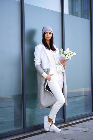 Prova ad abbinare un cappotto grigio con pantaloni chino bianchi per un look raffinato per il tempo libero. Calza un paio di sneakers basse bianche per un tocco più rilassato.