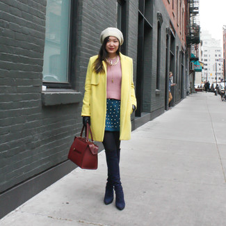 Punta su un cappotto giallo e una gonna a pieghe foglia di tè per creare un look raffinato e glamour. Abbellisci questo completo con un paio di stivali sopra il ginocchio in pelle scamosciata blu scuro.