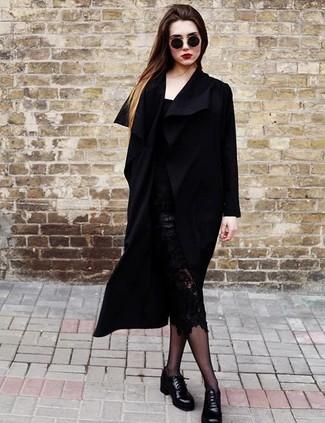 Fai colpo in un cappotto nero e una gonna tubino di pizzo nera. Scarpe derby in pelle nere creeranno un piacevole contrasto con il resto del look.