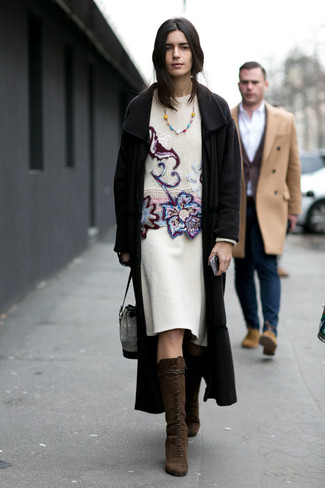 Come indossare: cappotto nero, maglione girocollo ricamato bianco, gonna a tubino di lana bianca, stivali al ginocchio in pelle scamosciata marrone scuro