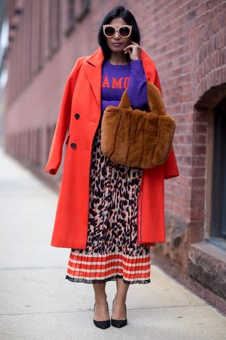 Come indossare: cappotto rosso, maglione girocollo stampato viola, gonna longuette leopardata multicolore, décolleté in pelle neri