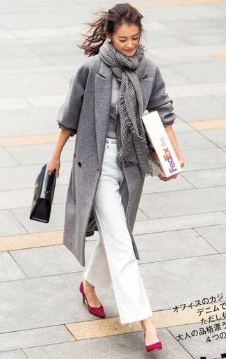 Come indossare: cappotto grigio, maglione girocollo grigio, jeans a campana bianchi, décolleté in pelle scamosciata rossi