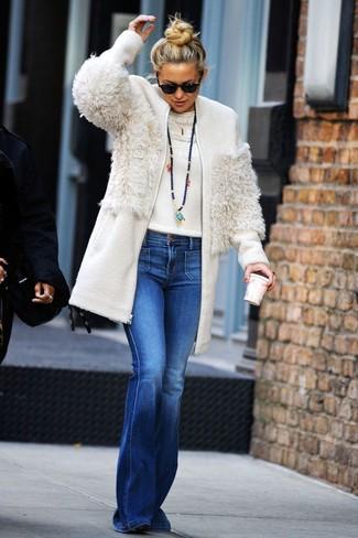 Come indossare e abbinare: cappotto di pile bianco, maglione girocollo bianco, jeans a campana blu, stivaletti in pelle scamosciata neri