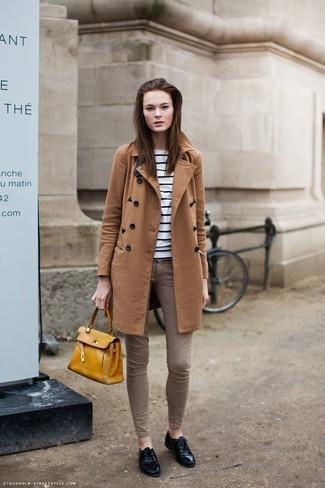 Come indossare e abbinare: cappotto terracotta, maglione girocollo a righe orizzontali bianco e nero, jeans aderenti marroni, scarpe oxford in pelle nere