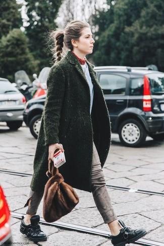 Vestiti con un cappotto verde scuro e jeans aderenti grigi per un look raffinato per il tempo libero. Per un look più rilassato, indossa un paio di scarpe derby in pelle nere di Marsèll.