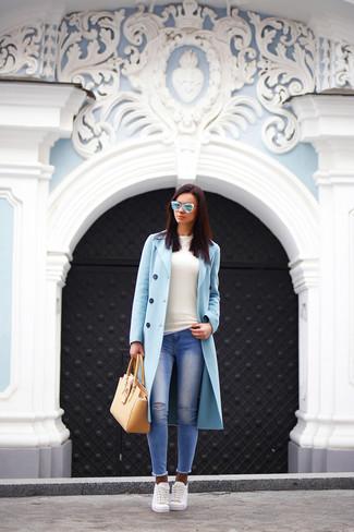 Questa combinazione di un cappotto azzurro e jeans aderenti strappati blu è perfetta per il tempo libero. Non vuoi calcare troppo la mano con le scarpe? Indossa un paio di sneakers basse bianche per la giornata.