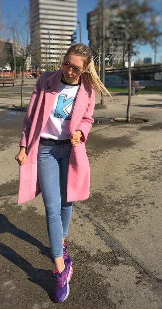 1c03c06a72 Come indossare un cappotto rosa con jeans aderenti azzurri (5 foto ...