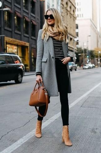 Come indossare: cappotto grigio, maglione girocollo a righe orizzontali nero e bianco, jeans aderenti neri, stivaletti in pelle scamosciata marrone chiaro