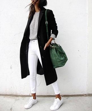 Come indossare e abbinare jeans aderenti bianchi: Scegli un outfit composto da un cappotto nero e jeans aderenti bianchi per un fantastico look da sfoggiare nel weekend. Scegli un paio di sneakers basse bianche per un tocco più rilassato.