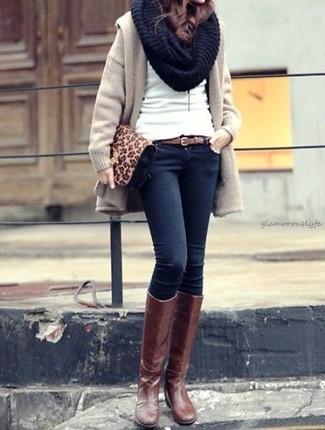 Come indossare: cappotto beige, maglione girocollo bianco, jeans aderenti blu scuro, stivali al ginocchio in pelle marroni