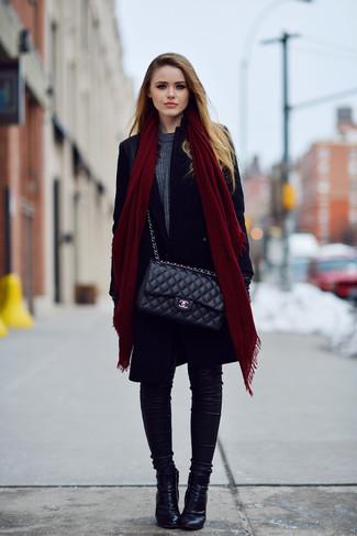 Come indossare: cappotto nero, maglione girocollo grigio scuro, jeans aderenti neri, stivaletti in pelle neri