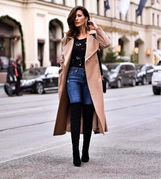 Come indossare e abbinare: cappotto marrone chiaro, maglione girocollo decorato nero, jeans aderenti blu, stivali sopra il ginocchio in pelle scamosciata neri