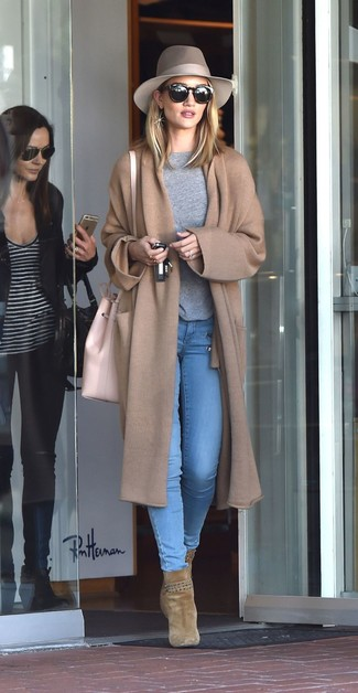 Come indossare: cappotto lavorato a maglia marrone chiaro, maglione girocollo grigio, jeans aderenti azzurri, stivaletti in pelle scamosciata verde oliva