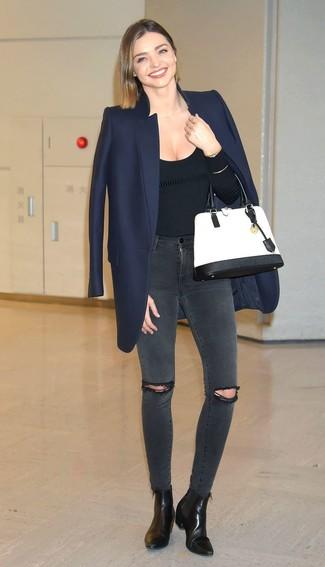 Look di Miranda Kerr: Cappotto blu scuro, Maglione girocollo nero, Jeans aderenti strappati grigio scuro, Stivaletti in pelle neri