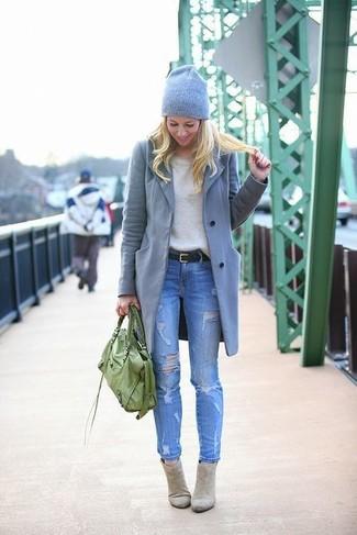 La versatilità di un cappotto grigio e jeans aderenti strappati blu li rende capi in cui vale la pena investire. Mostra il tuo gusto per le calzature di alta classe con un paio di stivaletti in pelle scamosciata grigi.