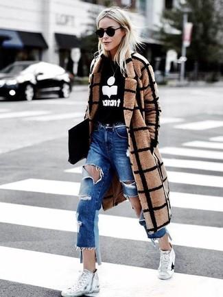Come indossare e abbinare: cappotto a quadri marrone chiaro, maglione girocollo stampato nero e bianco, jeans boyfriend strappati blu, sneakers alte di tela bianche