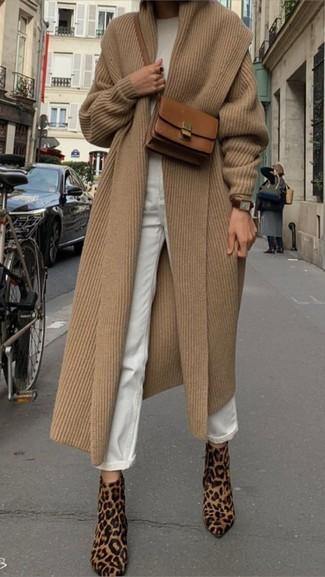 Come indossare: cappotto marrone chiaro, maglione girocollo bianco, jeans boyfriend bianchi, stivaletti in cavallino leopardati marrone chiaro
