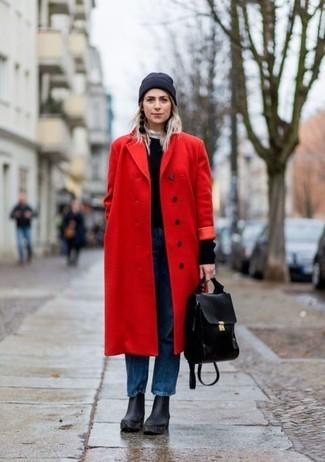 Come indossare: cappotto rosso, maglione girocollo nero, jeans boyfriend blu, stivaletti in pelle pesanti neri