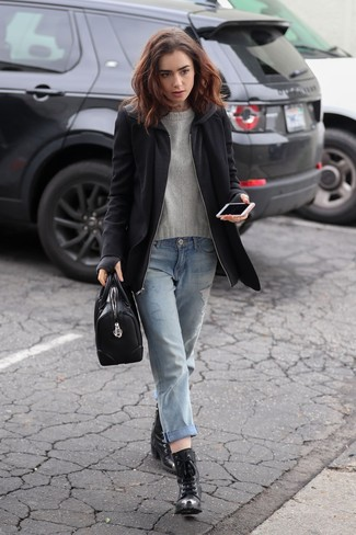 Come indossare: cappotto nero, maglione girocollo grigio, jeans boyfriend strappati azzurri, stivaletti con lacci in pelle neri