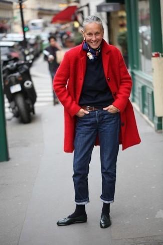 Come indossare e abbinare una sciarpa stampata blu scuro e bianca: Potresti indossare un cappotto rosso e una sciarpa stampata blu scuro e bianca per un'atmosfera casual-cool. Aggiungi un paio di mocassini con nappine in pelle neri al tuo look per migliorare all'istante il tuo stile.