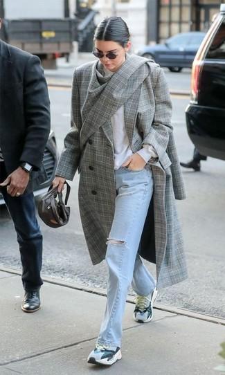 Come indossare e abbinare: cappotto scozzese grigio, maglione girocollo bianco, jeans strappati azzurri, scarpe sportive grigie