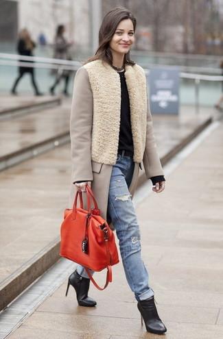 Come indossare e abbinare jeans strappati azzurri: Punta su un cappotto beige e jeans strappati azzurri per un fantastico look da sfoggiare nel weekend. Stivaletti in pelle neri sono una eccellente scelta per completare il look.