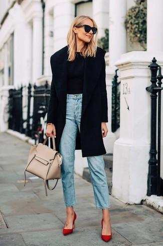 Come indossare: cappotto nero, maglione girocollo nero, jeans azzurri, décolleté in pelle scamosciata rossi