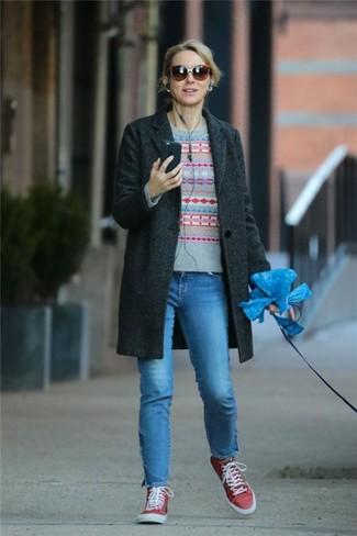 Come indossare: cappotto grigio scuro, maglione girocollo con motivo fair isle grigio, jeans blu, sneakers alte di tela rosse