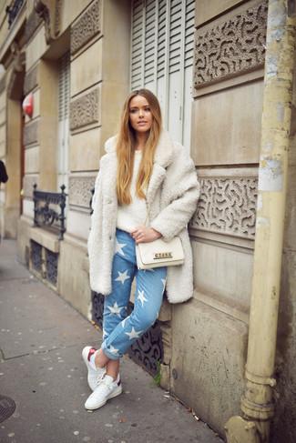Come indossare: cappotto testurizzato bianco, maglione girocollo morbido beige, jeans con stelle azzurri, sneakers basse in pelle bianche