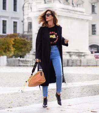 Come indossare e abbinare: cappotto nero, maglione girocollo stampato nero, jeans blu, stivaletti in pelle neri