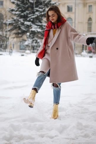Come indossare e abbinare jeans strappati azzurri: Opta per un cappotto beige e jeans strappati azzurri per un outfit comodo ma studiato con cura. Un paio di stivaletti in pelle dorati si abbina alla perfezione a una grande varietà di outfit.