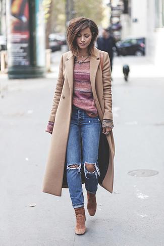 Come indossare: cappotto beige, maglione girocollo a righe orizzontali rosa, jeans strappati blu, stivaletti in pelle scamosciata marroni