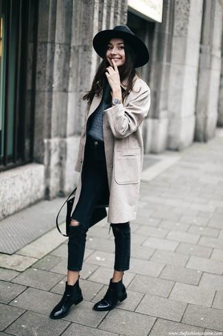 Come indossare: cappotto grigio, maglione girocollo blu scuro, jeans strappati neri, stivali chelsea in pelle neri