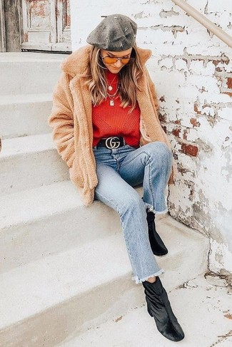 Come indossare e abbinare: cappotto di pile marrone chiaro, maglione girocollo rosso, jeans azzurri, stivaletti di velluto neri
