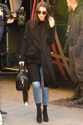 Come indossare: cappotto nero, maglione girocollo nero, jeans decorati blu, stivaletti elasticizzati neri