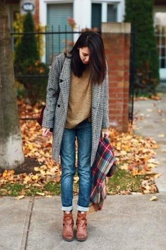 Come indossare e abbinare: cappotto grigio, maglione girocollo marrone, jeans blu, stivaletti in pelle terracotta