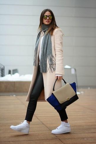 Come indossare: cappotto beige, maglione girocollo bianco, leggings in pelle neri, sneakers alte in pelle bianche