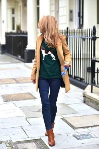 Come indossare e abbinare leggings di jeans blu scuro: Punta su un cappotto marrone chiaro e leggings di jeans blu scuro per un look raffinato. Un paio di stivaletti in pelle marroni si abbina alla perfezione a una grande varietà di outfit.