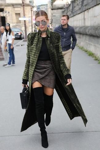 Come indossare e abbinare: cappotto di velluto verde oliva, maglione girocollo nero, minigonna di velluto grigio scuro, stivali sopra il ginocchio in pelle scamosciata neri