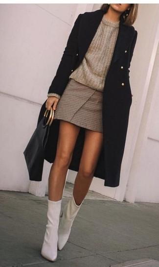 L'abbinamento giusto di un cappotto nero e una minigonna a quadri marrone ti consentirà di distinguerti senza sforzi. Un paio di stivaletti darà un tocco di forza e virilità a ogni completo.