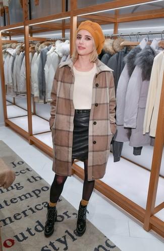 Come indossare: cappotto a quadri marrone, maglione girocollo beige, minigonna in pelle nera, stivaletti con lacci in pelle neri