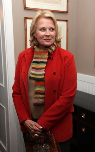 Come indossare e abbinare: cappotto rosso, maglione girocollo marrone chiaro, pantaloni eleganti neri, cartella in pelle marrone