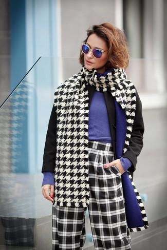 Come indossare: cappotto nero, maglione girocollo viola, pantaloni larghi a quadri neri e bianchi, sciarpa con motivo pied de poule bianca e nera
